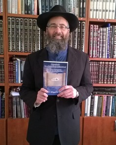 Rabbi Eliyahu Shear with his Book Parshah in Just Two Minutes